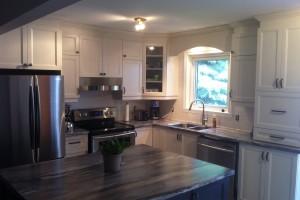 Rénovation de la cuisine avec nouvelles armoires et comptoir en statifié