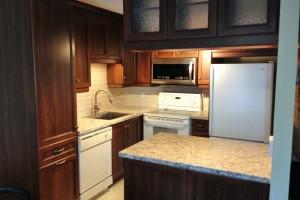 Nouvelles armoires de cuisine avec pose de céramique au plancher et au dosseret.