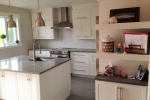 """Rénovation d'une cuisine avec nouvelles armoires, pose de céramique 24"""" x 24"""" au plancher et dosseret en """"V""""."""
