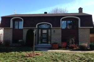 portes et fenêtres hybrides, revêtement de bois et bardeau d'asphalte
